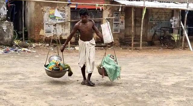 Kỳ lạ: Người đàn ông gồng gánh 2 con đi bộ suốt 7 ngày liên tục