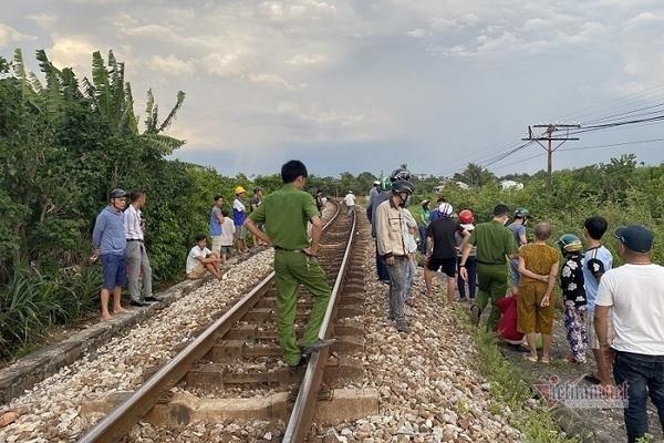 Đi bộ dọc đường ray, người phụ nữ bị tàu hỏa tông trúng rồi kéo lê