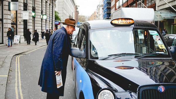 Hỏi hành khách câu đơn giản, tài xế taxi thay đổi cả tương lai của con2