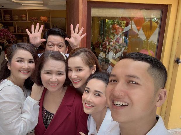 Khai trương nhà hàng mới, Trường Giang gây chú ý khi chụp ảnh cùng mẹ Nhã Phương