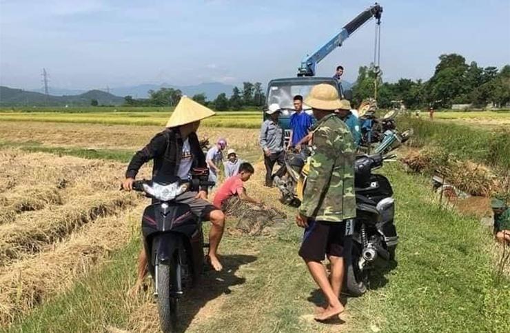 Xe chở lúa lật đè người đàn ông tử vong