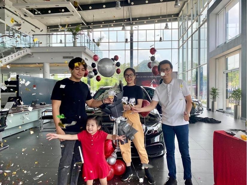 Vân Trang cùng ông xã Việt kiều tiếp tục tậu ô tô tiền tỷ sau dịch