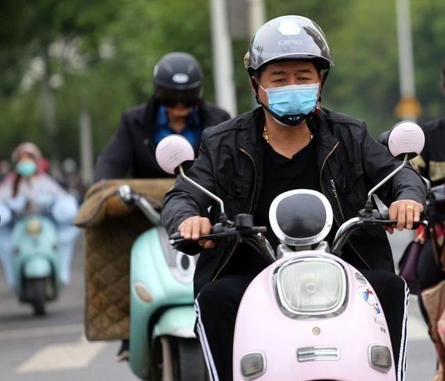Luật giao thông mới buộc người đi xe máy điện phải đội mũ bảo hiểm