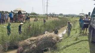 Tin tức tai nạn giao thông ngày 22/5: Xe chở lúa lật xuống mương, một tử vong