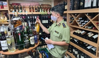 Bị bắt vì ngang nhiên livestream để bán hàng chục nghìn chai rượu giả