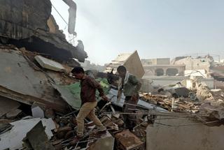 Máy bay chở hơn 100 người rơi xuống khu dân cư ở Pakistan