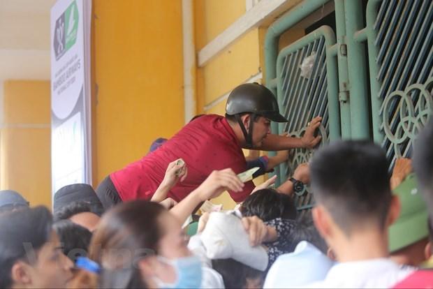 Trận Nam Định-HAGL: Chen chúc mua vé, phe vé nâng giá gấp đôi