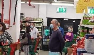 Tổng thống Bồ Đào Nha xếp hàng như người dân ở siêu thị