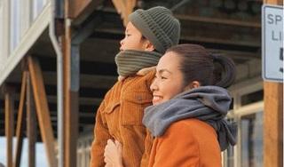 Quý tử nhà Hà Tăng gây choáng khi vừa nghịch cát vừa trò chuyện với mẹ bằng tiếng Anh