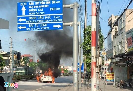 Hạ Long: Toyota Vios đang đi bỗng dưng bốc cháy ngùn ngụt