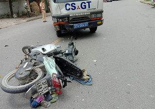 Nghệ An: Va chạm với ô tô của CSGT, mẹ và con nhỏ đi xe máy nguy kịch