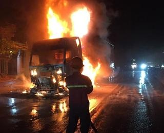 Tin tức tai nạn giao thông ngày 24/5: Xe đầu kéo bốc cháy trên quốc lộ 1A