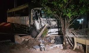Ôm cua mất lái, xe tải tông sập cổng nhà dân