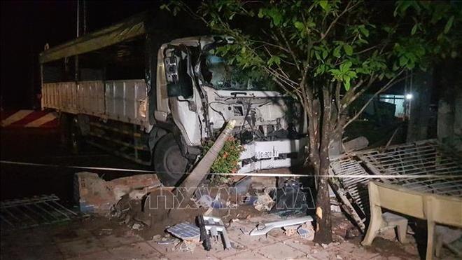 Xe tải nát đầu sau cú tông sập cổng nhà dân