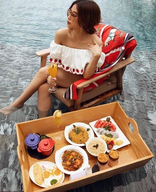 Hoàng Thùy Linh gợi cảm giữa hồ bơi chào hè