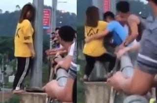 Lào Cai: Cô gái trẻ đứng bằng nửa bàn chân ngoài lan can cầu gây hốt hoảng