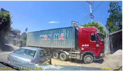 Clip: Tài xế đánh lái lật xe để tránh container vượt ẩu