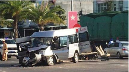 Tin tức tai nạn giao thông ngày 25/5: Ô tô khách nát đầu sau va chạm với xe đầu kéo