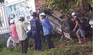 Xe bán tải gặp nạn lật ngửa bên đường, tài xế tử vong