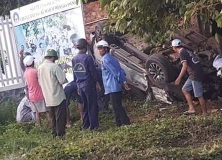 Tài xế bán tải tử vong kẹt cứng trong cabin sau cú lật xe
