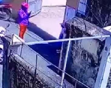 Clip người mẹ dàn cảnh con bị bắt đứng ở cổng trường: Dân mạng chỉ ra điểm đáng ngờ