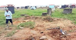 Đào mộ người chết lên đốt hài cốt vì nợ tiền không trả