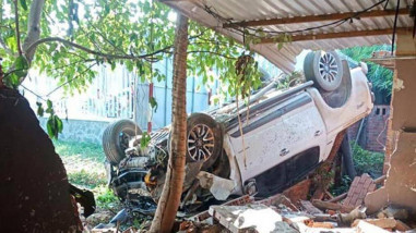 Tin tức tai nạn giao thông ngày 26/5: Xe bán tải húc đổ tường, tài xế tử vong
