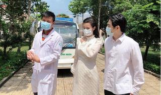Dù đang mang bầu, Đông Nhi vẫn cùng Ông Cao Thắng đi Bệnh viện Dã Chiến Củ Chi thăm hỏi đội ngũ y bác sĩ