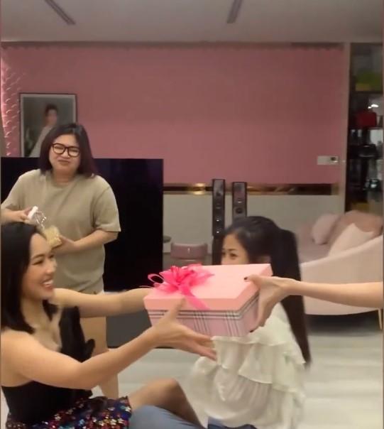 Được tặng quà sinh nhật gần 10 triệu, Diệu Nhi vẫn muốn lấy 'báu vật' này của Ngọc Trinh