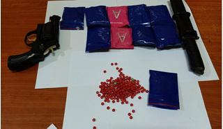 Bắt giữ đối tượng mang súng đang vận chuyển 1.500 viên ma túy