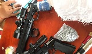 Phát hiện 2 khẩu súng cùng 3.000 viên đạn chì khi kiểm tra đột xuất ô tô trên đường