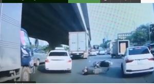 Clip: Người đàn ông tự ngã xuống đường, lăn lộn nhằm ăn vạ xe ôtô