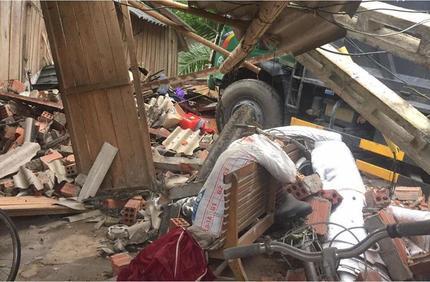 Tin tức tai nạn giao thông ngày 27/5: Xe ben đâm sập ki ốt tạp hóa, 2 chị em bị thương