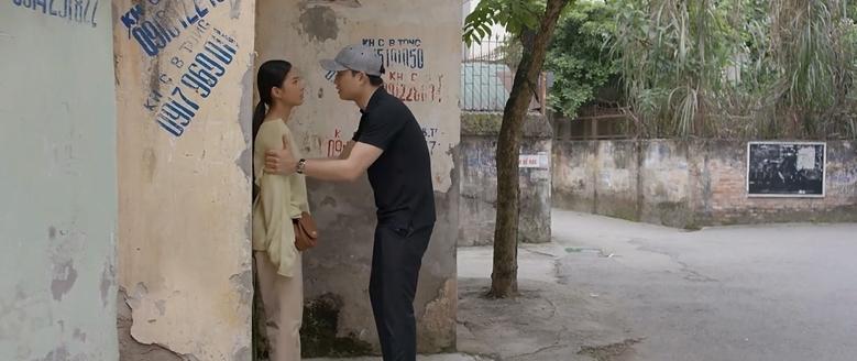 'Nhà trọ Balanha' tập 31: Kim chủ động 'tấn công' Bách, chồng cũ của Hân trở về