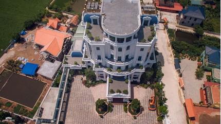 Chủ nhân tòa lâu đài xa hoa có sân đỗ trực thăng ở Thái Bình là ai?
