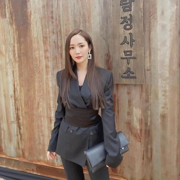 'Thư ký Kim' Park Min Young gây hoang mang với hình ảnh vòng 2 to bất thường