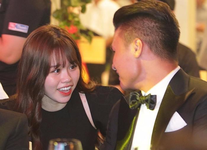 Huỳnh Anh lý giải vì sao lộ 'nọng cằm' trong đêm tháp tùng Quang Hải đi nhận giải Quả bóng bạc