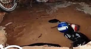 Sụp giếng đào cũ trong sân trường, 2 xe máy bị nuốt chửng