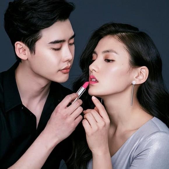 Bộ ảnh tạp chí Lee Jong Suk tình tứ bên nữ phụ 'Quân Vương Bất Diệt' bất ngờ gây sốt trở lại