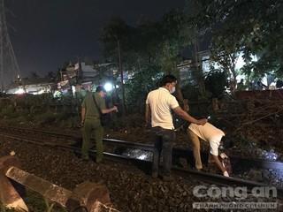 Ngồi trên đường ray, người đàn ông bị tàu hỏa tông tử vong