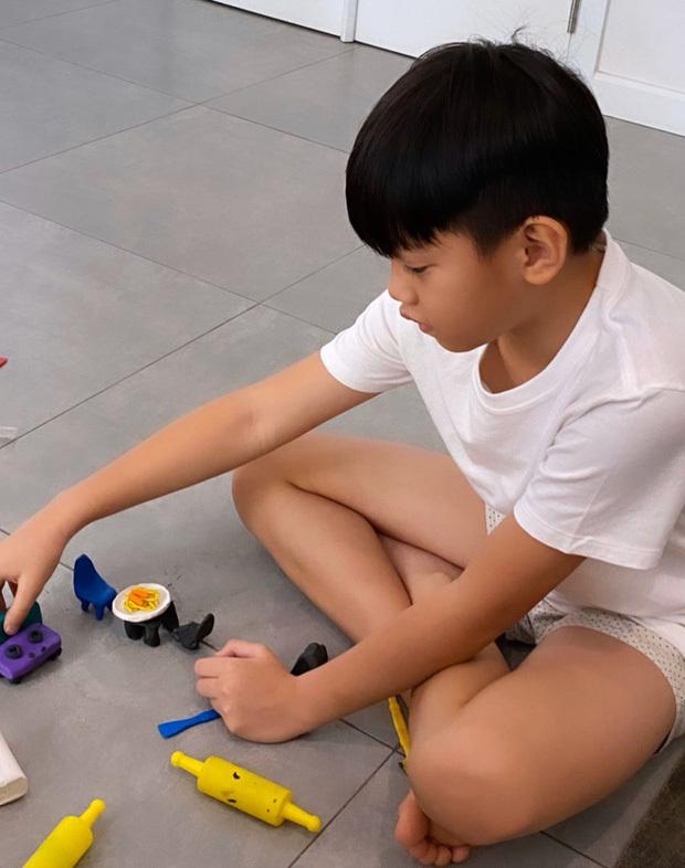Hồ Ngọc Hà khoe con trai học làm bánh, nhìn Subeo chả khác gì đầu bếp chuyên nghiệp