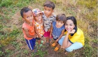 Hoa hậu H'Hen Niê 'quay trở về tuổi thơ' khi vui đùa cùng em nhỏ nơi quê nhà