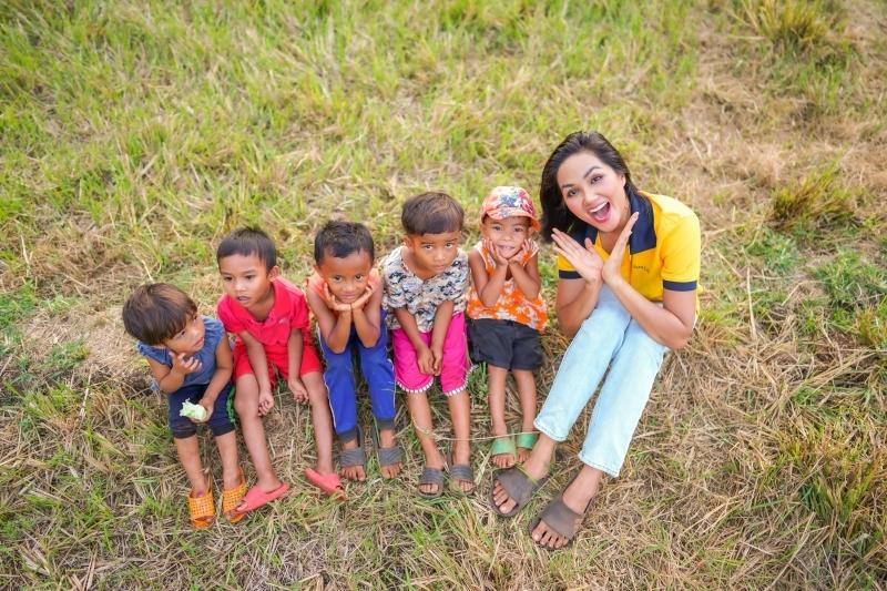 Mừng ngày quốc tế thiếu nhi, Hoa hậu H'Hen Niê tung bộ ảnh chơi đùa cùng em nhỏ