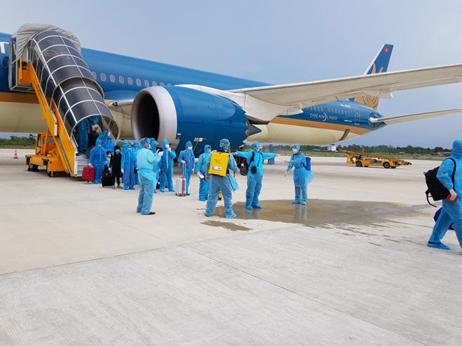Hơn 340 người Việt  từ Singapore bay về nước, cách ly ở Cần Thơ