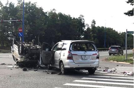 Hai ô tô tông nhau lật ngửa giữa ngã tư, 12 người mắc kẹt trong xe