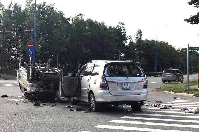 Hai ô tô tông nhau giữa ngã tư rồi lật ngửa, khiến 12 người bị mắc kẹt