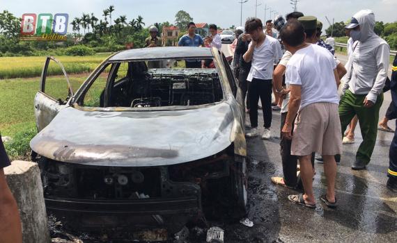 Rơm rạ cuốn vào gầm, xe ô tô bốc cháy ngùn ngụt giữa đường