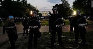 Tổng thống Mỹ được đưa xuống hầm ngầm khi người biểu tình vây kín Nhà Trắng