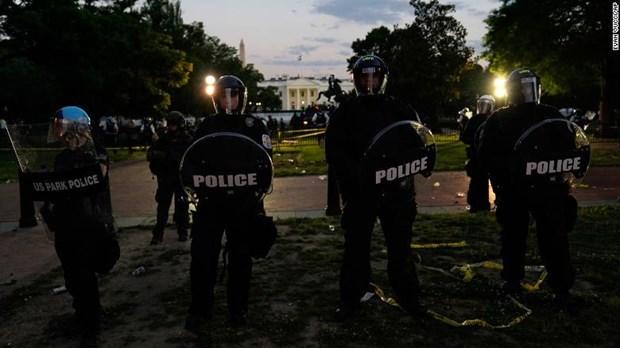Tổng thống Mỹ Trump được đưa xuống hầm ngầm khi người biểu tình vây kín Nhà Trắng