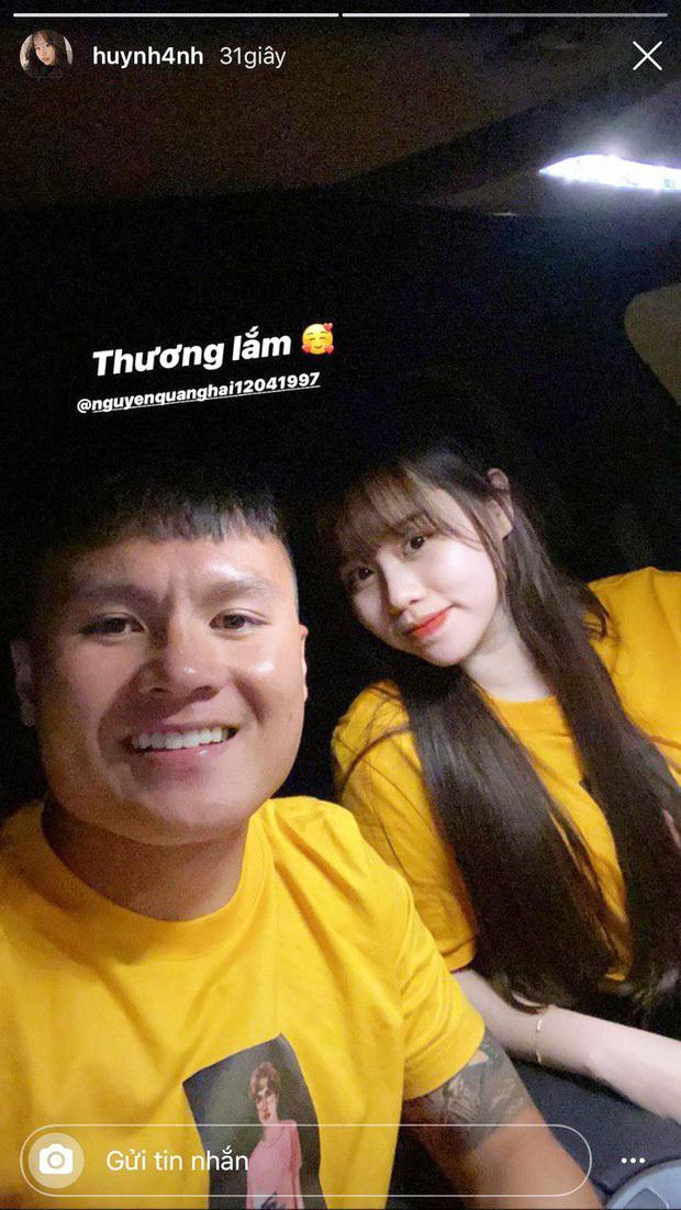 Quang Hải diện áo đôi Huỳnh Anh sau khi được bạn gái đến cổ vũ